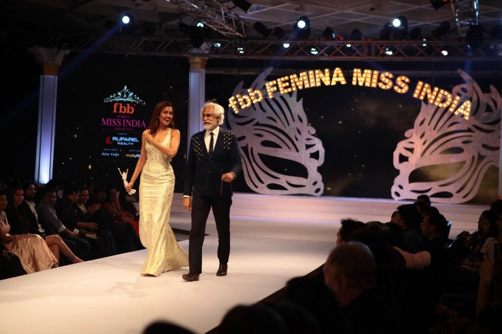 Actor Esha Gupta and FDCI President Sunil Sethi