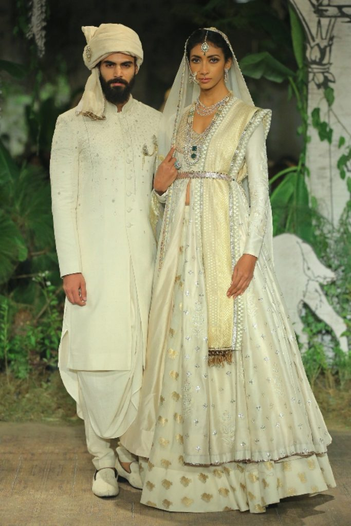 SUNEHRI KOTHI BY ANJU AT INDIA COUTURE WEEK 2017 (15)